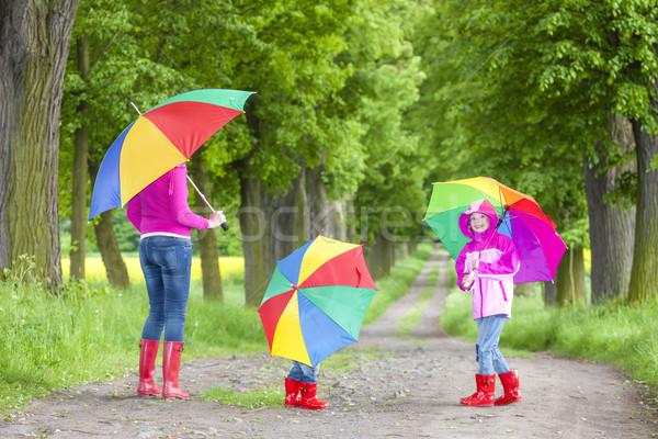 Mãe guarda-chuvas primavera beco mulher criança Foto stock © phbcz
