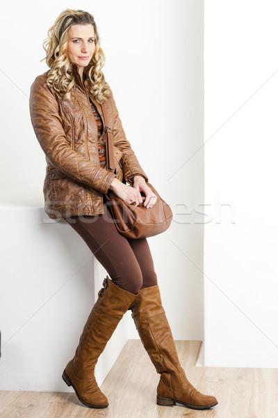 Vergadering vrouw bruin kleding laarzen Stockfoto © phbcz
