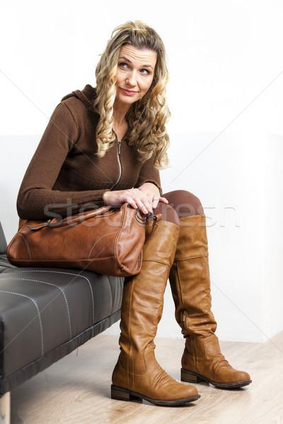 Femme brun vêtements bottes sac à main Photo stock © phbcz