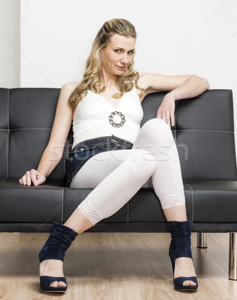 Stockfoto: Vrouw · zomerschoenen · vergadering · sofa · zwarte