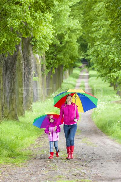 Mãe filha guarda-chuvas primavera beco mulher Foto stock © phbcz