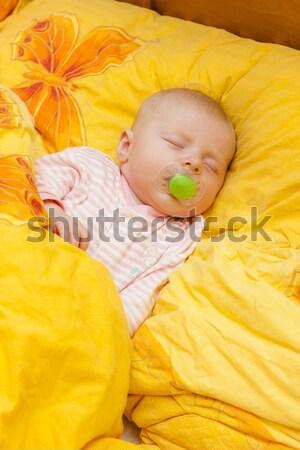 Dormir grand lit fille b b photo stock for Orientation lit bebe
