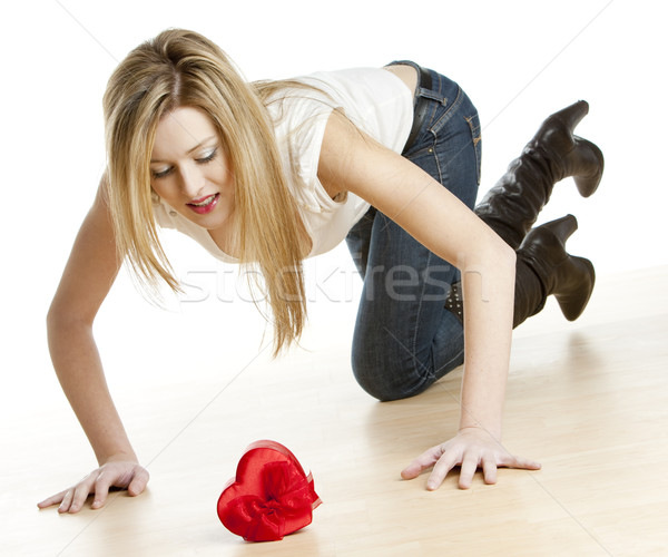 Térdel nő szív fiatal egyedül női Stock fotó © phbcz