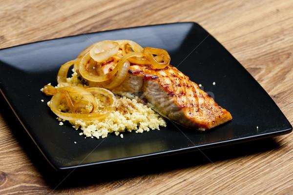 A la parrilla salmón cebolla cuscús placa comida Foto stock © phbcz