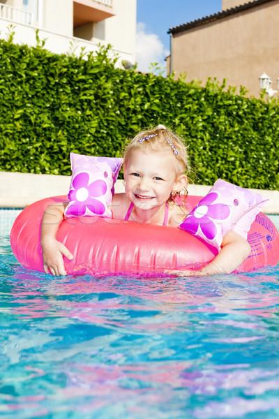 Foto stock: Little · girl · borracha · anel · piscina · água · menina