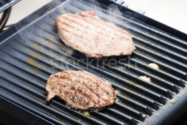 Befsztyk elektryczne grill mięsa grill BBQ Zdjęcia stock © phbcz