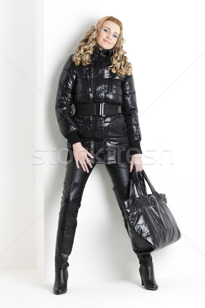 Permanente vrouw zwarte kleding Stockfoto © phbcz