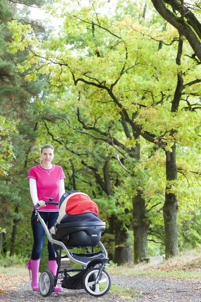 Mujer cochecito caminata callejón bebé moda Foto stock © phbcz
