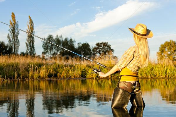 Mulher pescaria lagoa mulheres botas relaxante Foto stock © phbcz
