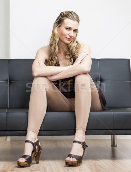 Vrouw zomerschoenen vergadering sofa persoon Stockfoto © phbcz