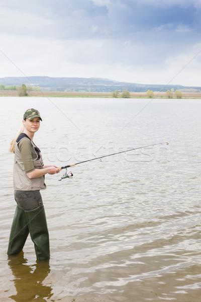 Femme pêche étang femmes détendre chapeau Photo stock © phbcz