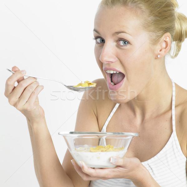 Foto stock: Mulher · alimentação · flocos · de · milho · saúde · jovem · café · da · manhã
