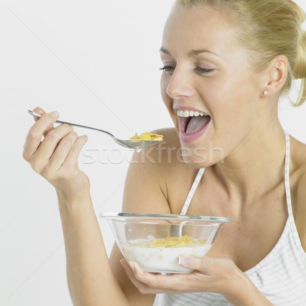 Kadın yeme mısır gevreği sağlık genç kahvaltı Stok fotoğraf © phbcz