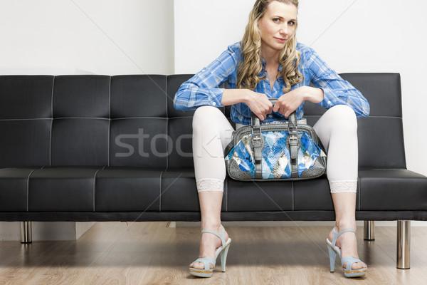 Nő visel nyari cipő kézitáska ül kanapé Stock fotó © phbcz