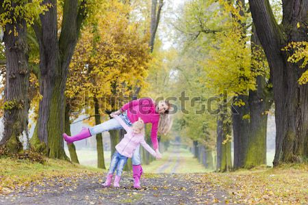 Anne kız sonbahar geçit kadın çocuklar Stok fotoğraf © phbcz