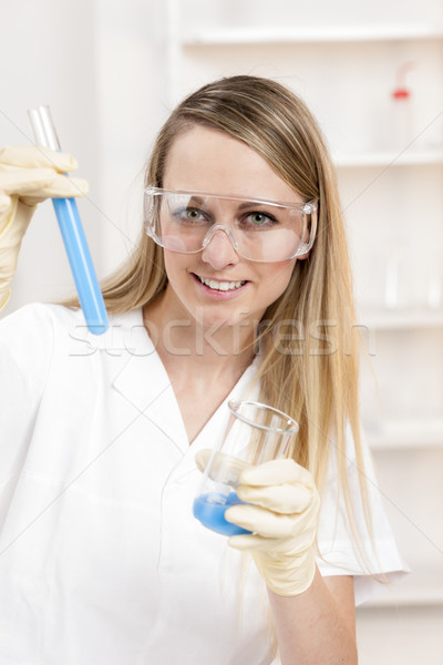 Młoda kobieta eksperyment laboratorium kobiet pracy nauki Zdjęcia stock © phbcz