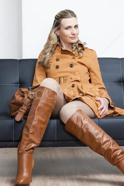 Vrouw bruin jas vergadering sofa Stockfoto © phbcz