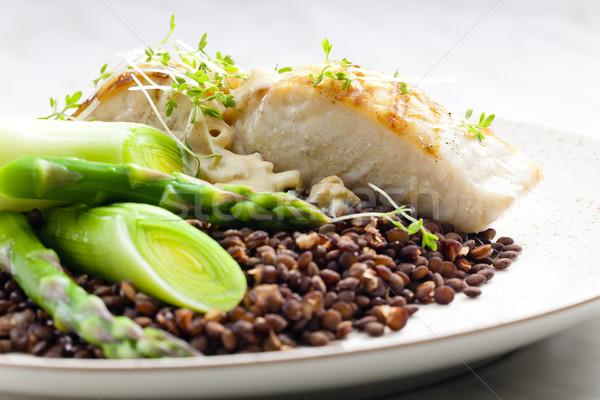 Zöld lencse póréhagyma spárga hal tányér Stock fotó © phbcz
