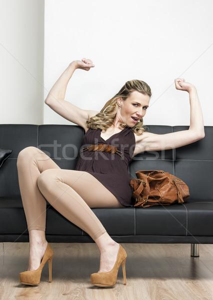 ストックフォト: 女性 · 着用 · ハンドバッグ · 座って · ソファ · 靴