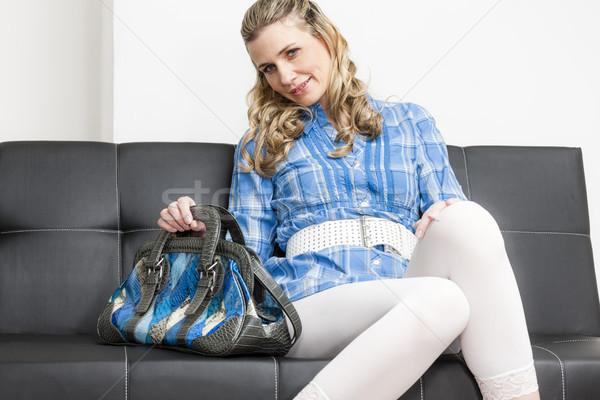 Nő kézitáska ül kanapé fekete fehér Stock fotó © phbcz