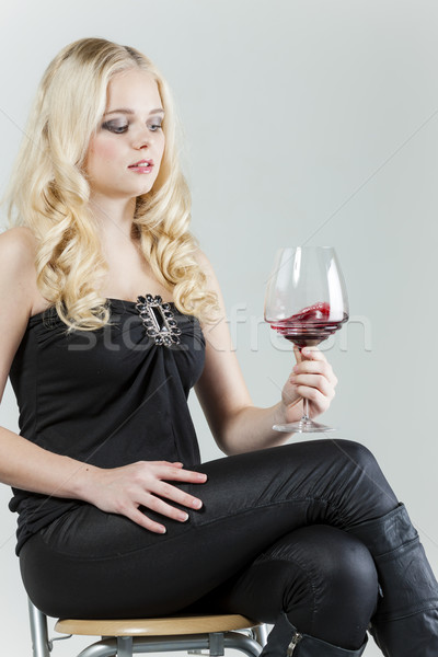 Séance jeune femme verre vin rouge femme personne Photo stock © phbcz