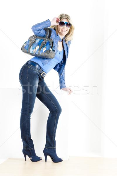 Stehen Frau tragen blau Kleidung Handtasche Stock foto © phbcz