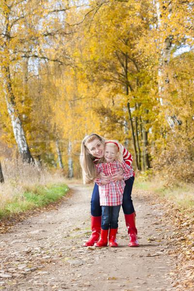 Matka córka jesienny aleja kobieta dziecko Zdjęcia stock © phbcz