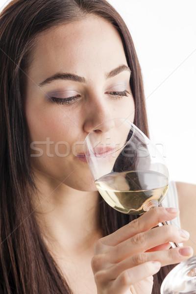 Portret jonge vrouw proeverij witte wijn vrouw glas Stockfoto © phbcz