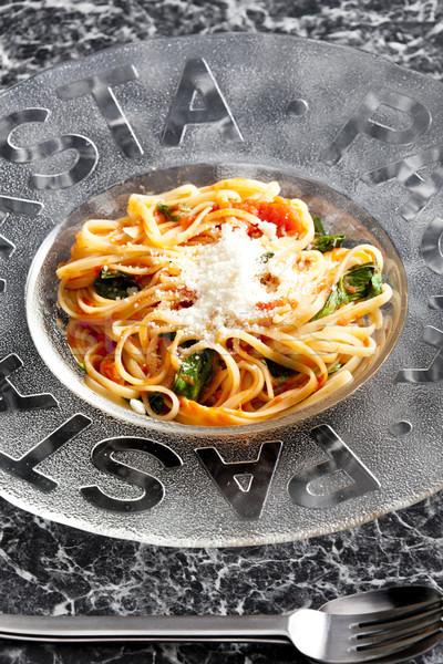 Espaguetis tomates albahaca parmesano placa tenedor Foto stock © phbcz