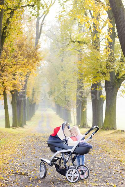 Little girl praça andar beco família Foto stock © phbcz