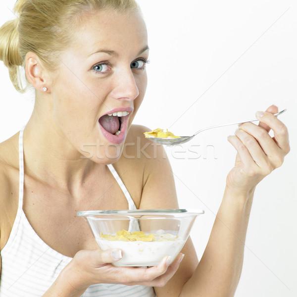 Zdjęcia stock: Kobieta · jedzenie · płatki · kukurydziane · zdrowia · młodych · śniadanie
