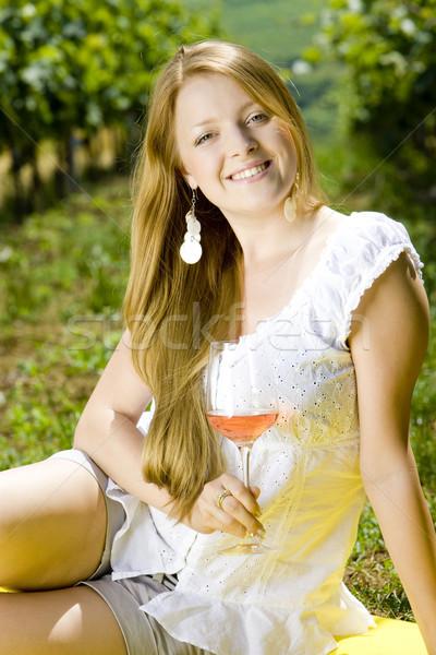 Donna picnic vigneto vino occhiali giovani Foto d'archivio © phbcz