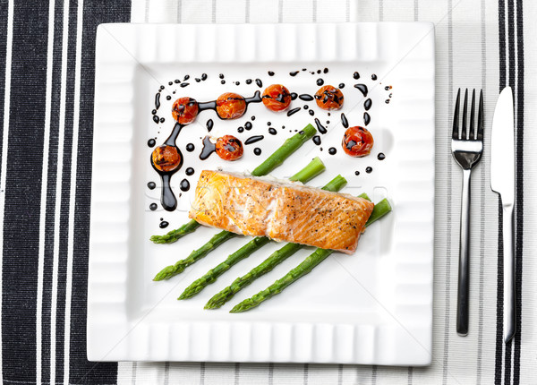 Sült lazac zöld spárga koktélparadicsom tányér Stock fotó © phbcz