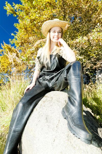 Rybak kobieta posiedzenia kamień kobiet jesienią Zdjęcia stock © phbcz