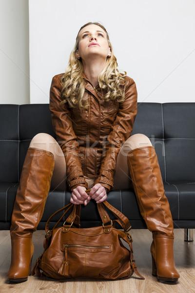 Vrouw bruin jas laarzen vergadering Stockfoto © phbcz