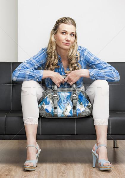 Vrouw zomerschoenen handtas vergadering sofa Stockfoto © phbcz