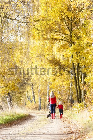 Vrouw kinderwagen lopen steegje baby Stockfoto © phbcz