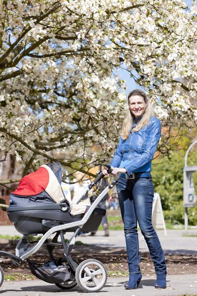 Vrouw kinderwagen voorjaar lopen familie jeans Stockfoto © phbcz