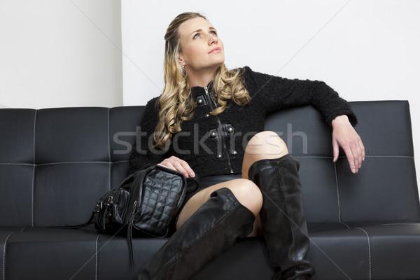 Frau tragen schwarz Kleidung Handtasche Sitzung Stock foto © phbcz