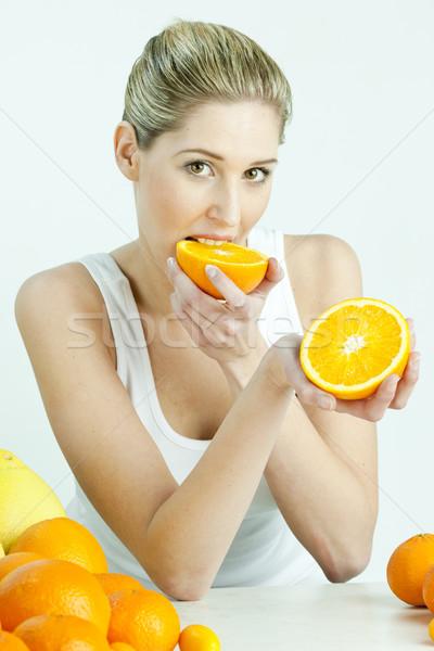 Stok fotoğraf: Portre · genç · kadın · yeme · turuncu · gıda · kadın