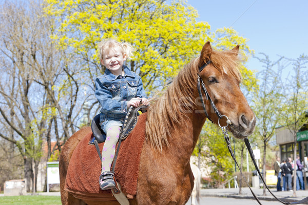 Kislány lóháton lány gyermek ló pihen Stock fotó © phbcz