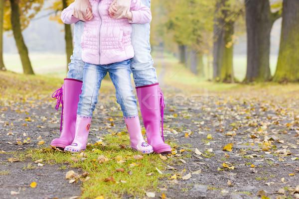 Dettaglio madre figlia indossare stivali di gomma Foto d'archivio © phbcz