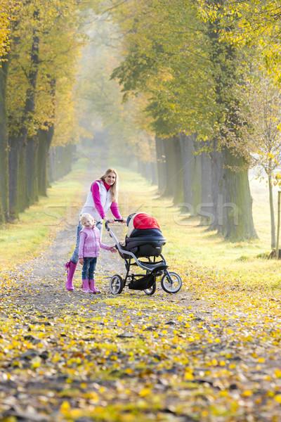 Moeder dochter kinderwagen lopen steegje Stockfoto © phbcz