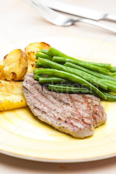 Befsztyk zielona fasola czosnku ziemniaki tablicy nóż Zdjęcia stock © phbcz