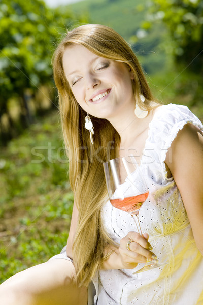 Vrouw picknick wijngaard wijn bril jonge Stockfoto © phbcz