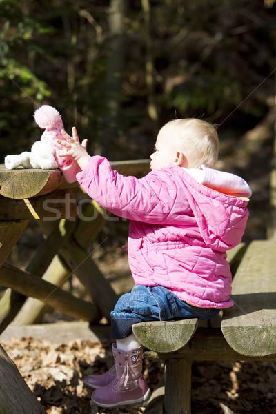 Meisje vergadering bank kinderen kind veiligheid Stockfoto © phbcz
