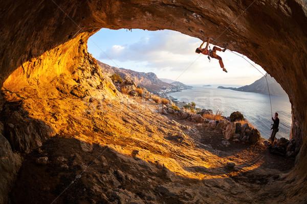 Jonge vrouw klimmen grot mooie hemel Stockfoto © photobac