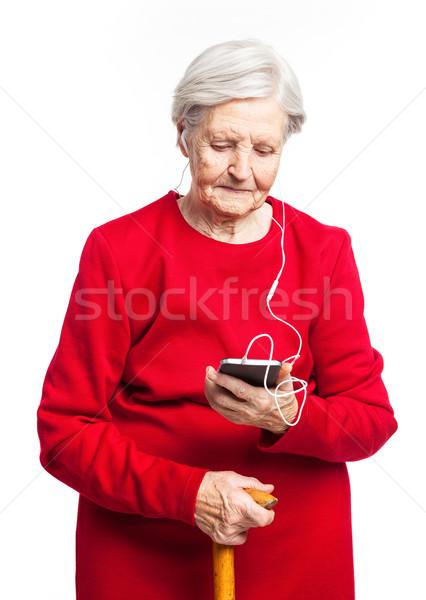 Senior vrouw luisteren naar muziek witte glimlach mode Stockfoto © photobac