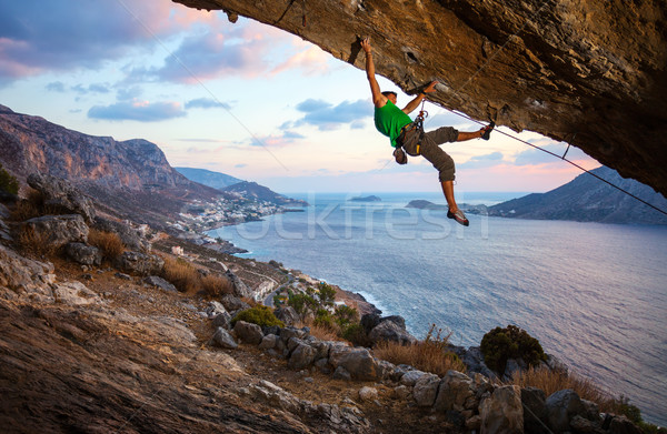 Masculina escalada rock hermosa vista costa Foto stock © photobac