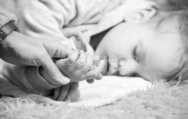 母親 手 寝 クローズアップ 表示 ストックフォト © photobac